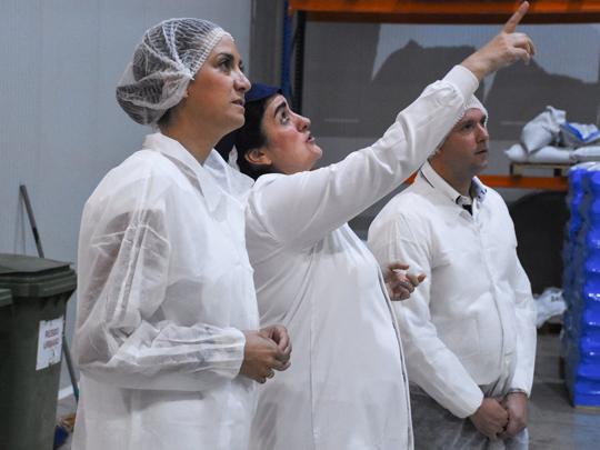 La Alcaldesa Patricia Fernández visita la empresa de fabricación de especias 'Omega Spice, SL' después de su remodelación.